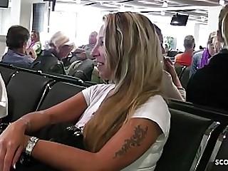 Deutsche MILF Jenny holt dicke Titten im Flieger raus und reitet Schwanz im Hotel - German Mature
