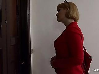 Mutti ueberrascht Jungspund beim onanieren und zeigt ihm wie das richtig geht - German Mom